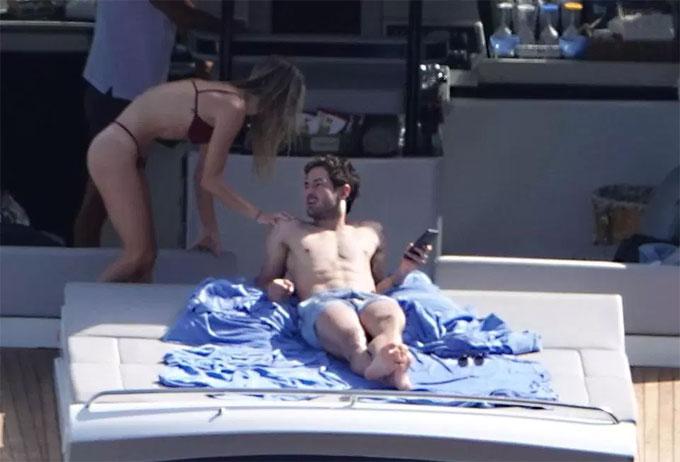Đi biển cùng bạn gái nóng bỏng, Pato cắm mặt vào điện thoại - 6