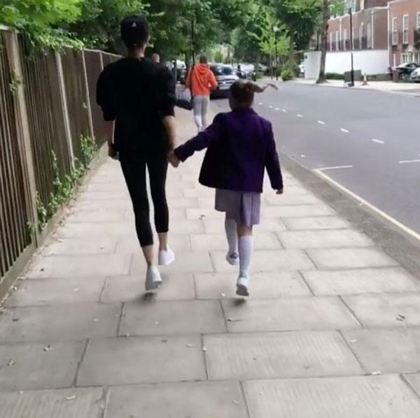 Vic đưa con gái út tới trường. Ảnh: NS.