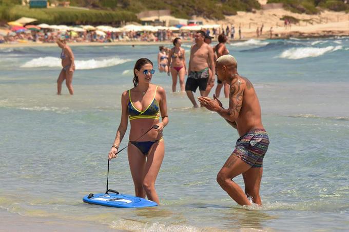 Kevin Boateng và cô vợ Melissa Satta đang cùng nhau trải qua những ngày nghỉ vui vẻ ở vùng biểnFormentera, Tây Ban Nha. Do đội tuyển Ghana không thể giành vé dự World Cup 2018, tiền vệ 31 tuổi thoải mái thời gian dành cho vợ con.