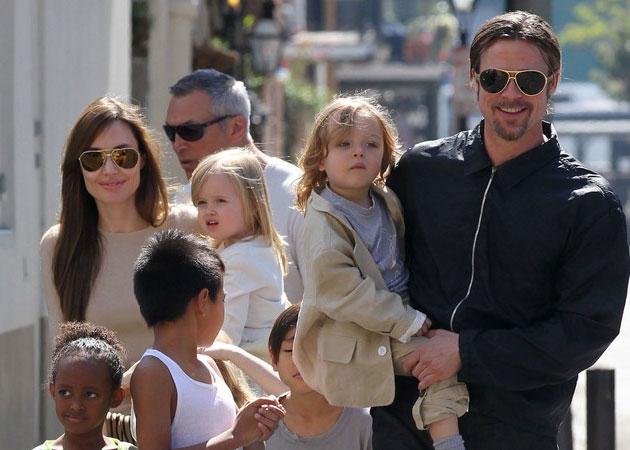 Angelina Jolie và Brad Pitt dạo phố cùng các con thuở còn mặn nồng.