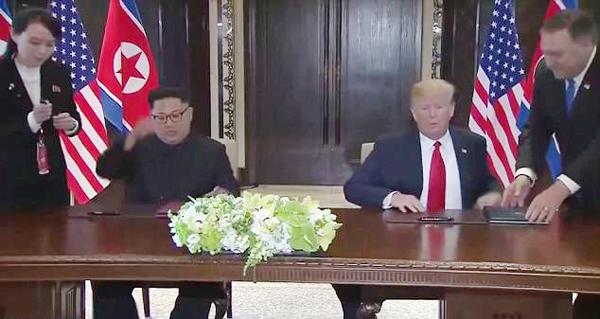 Em gái của Kim Jong-un thay bút cho anh trai. Ảnh: Pool Video.
