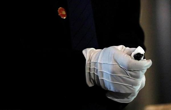 Trợ lý an ninh của Chủ tịch Triều Tiên cẩn thận lau bút nhiều lần. Ảnh: Reuters.