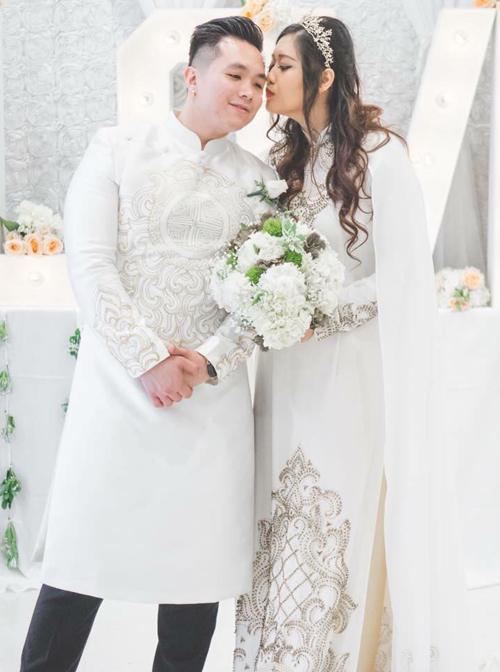 Con gái đầu lòng của NSND Hồng Vân, Hoàng Châu (tên thường gọi Xí Ngầu), diễn ra tại Mỹ hôm 9/6 vừa qua, nhưng theo nhà thiết Minh Châu, người thực hiện trang phục truyền thống cho lễ cưới, trước đó nửa năm, anh và Xí Ngầu đã bàn bạc ý tưởng áo dài cô dâu chú rể.