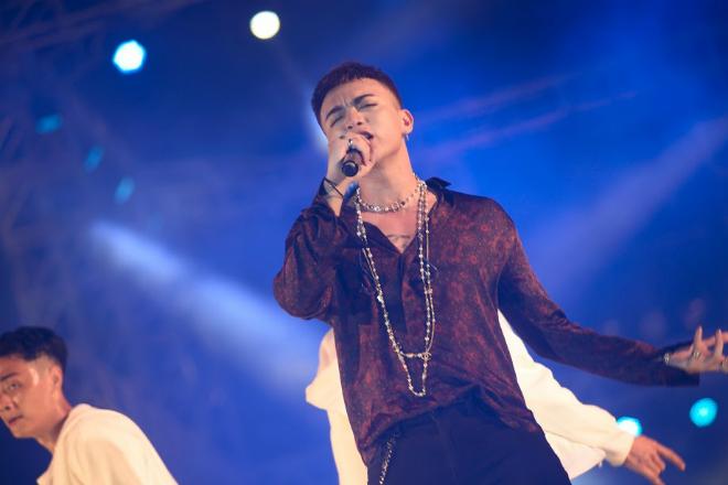 Hoàng tử ballad Soobin Hoàng Sơn thể hiện ca khúc trăm triệu view Phía sau một cô gái phiên bản Remix mới lạ. Dù là ở góc độ nào anh chàng trông vẫn cực cool khi đứng trên sân khấu.