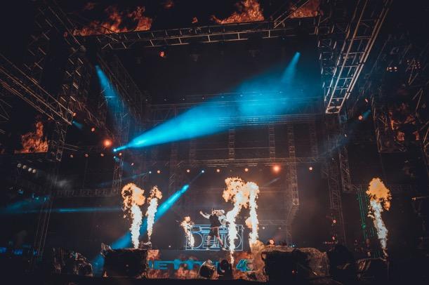 Sân khấu hoành tráng giữa phố đi bộ Nguyễn Huệ được thực hiện bởi Tổng đạo diễn Việt Tú. Với khối thiết bị lớn, ekip phải lắp đặt, dàn dựng cả tuần, thu hút sự tò mò của đông đảo người dân. Từ xa, khán giả có thể nhìn thấy sân khấu đặc biệt hình hộp, hai tầng, được bao quanh bởi hệ thống dàn khung công nghiệp hiện đại, phủ kín bởi màn hình LED. Cách thiết kế này tượng trưng cho thông điệp: Năm châu bốn bể là nhà, Viettel luôn có mặt tại khắp mọi nơi để kết nối cảm xúc, tình yêu, niềm đam mê cuộc sống của hàng chục triệu con tim trong mùa World Cup.