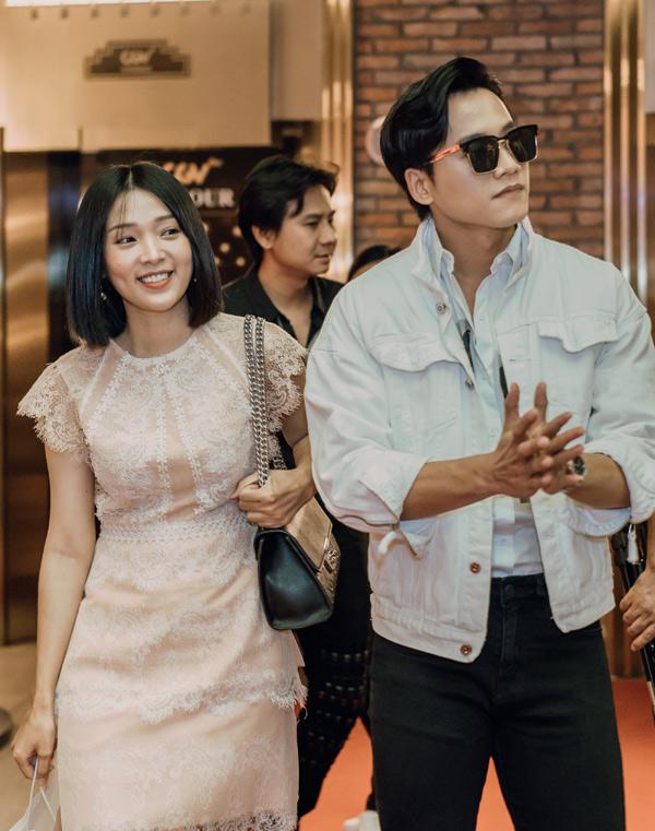 Mai Tài Phến đi sự kiện cùng người tình màn ảnh Thùy Linh. Cả hai diễn cặp trong phim điện ảnh Em gái mưa.