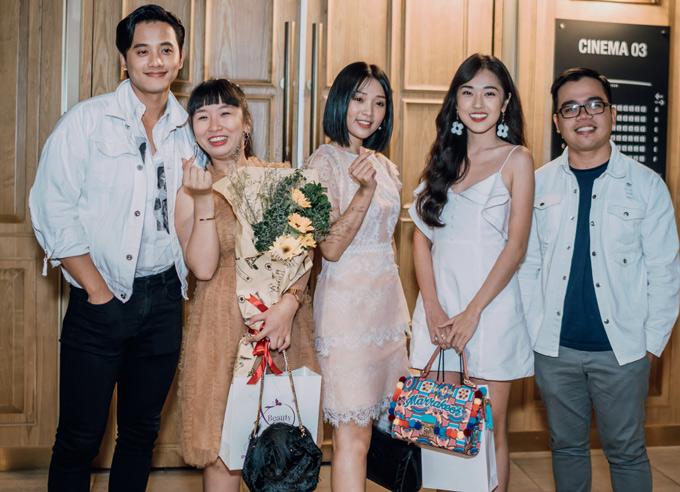 Đạo diễn 9X Kawaii Nguyễn Tuấn Anh (đeo kính)hội ngộ các diễn viên trong buổi ra mắt phim.