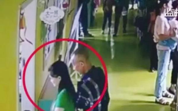 Người đàn ông cao tuổi vào tận lớp đón cháu trai nhưng đón nhầm bé khác.