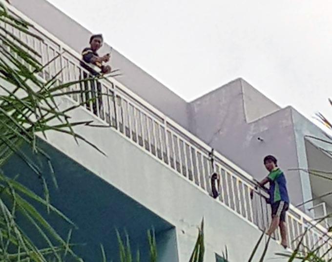 Nam thanh niên trên sân thượng bệnh viện Trưng Vương. Ảnh: Tin Tin