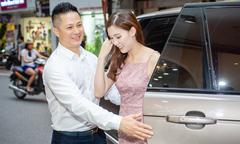 Ông xã doanh nhân tháp tùng Phí Thùy Linh đi thử đồ