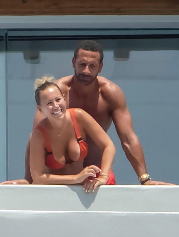 Người đẹp Kate Wright mặc bộ bikini hai mảnh màu cam, khoe đường cong bốc lửa. Trong khi đó, cựu danh thủ MU cởi trần, mặc chiếc quần đùi ton-sur-ton với bạn gái.