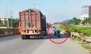 Người đi xe máy tranh nhau núp bóng xe tải để tránh nắng