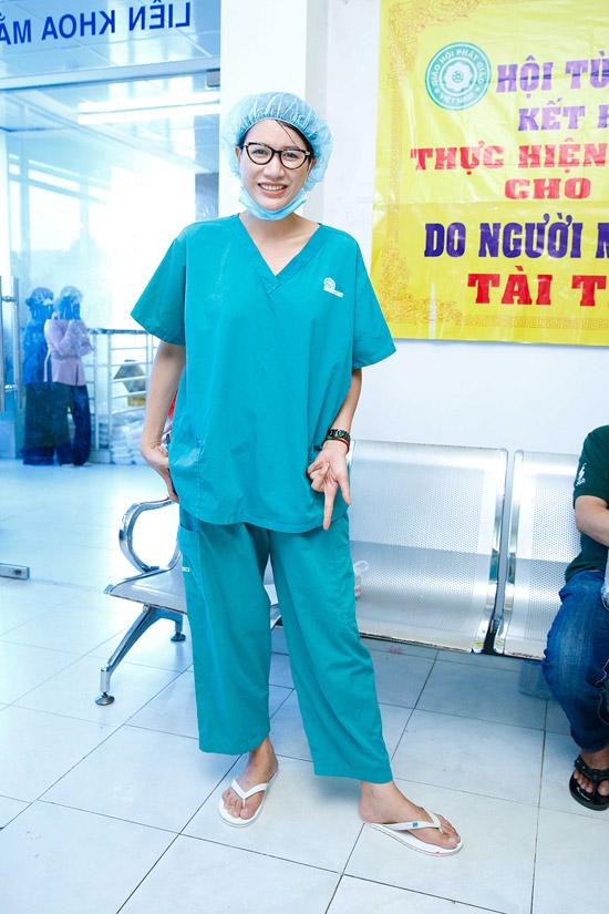 Vừa qua Trang Trần hỗ trợ kinh phí200 ca mổ mắtcho người nghèo ở ba tỉnh Đồng Tháp, Kiên Giang, Long An. Nữ diễn viên cho biếtđể có số tiền 170 triệu đồng, cô đã bán quần áo, túi xách, phụ kiện trên mạng xã hội.