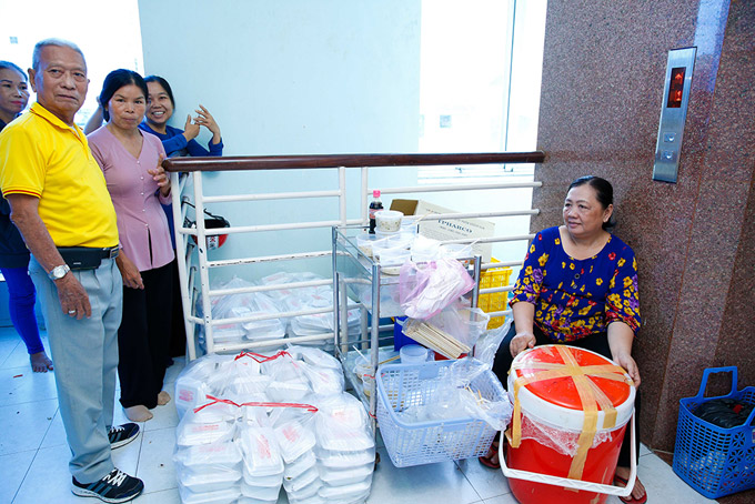 Trang Trần cùng nhóm từ thiện chùa Tường Nguyên Thiền Tự chuẩn bị đồ ăn miễn phí cho các bệnh nhân.