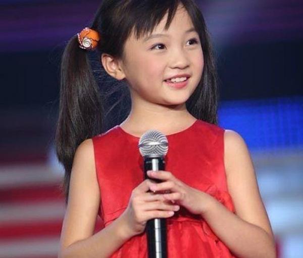 Bé gái Olympic nổi như cồn sau phần trình diễn mở màn tại Thế vận hội Olympic Bắc Kinh 2008.