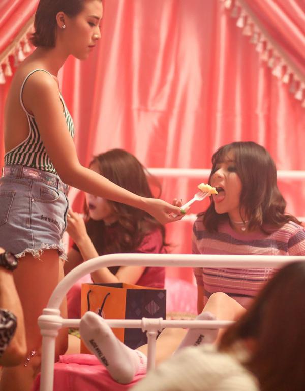 Hoàng Yến Chibi vừa tung sản phẩm mới đánh dấu việc cô quay trở lại làng nhạc sau nửa năm vắng bóng để tham gia các dự án điện ảnh. MV mới của nữ ca sĩ có sự tham gia của các thành viên nhóm Ngựa Hoang. Mới đây, êkíp của Hoàng Yến tiết lộ những hình ảnh hậu trường trong 30 tiếng đồng hồ các cô gái ở bên nhau.