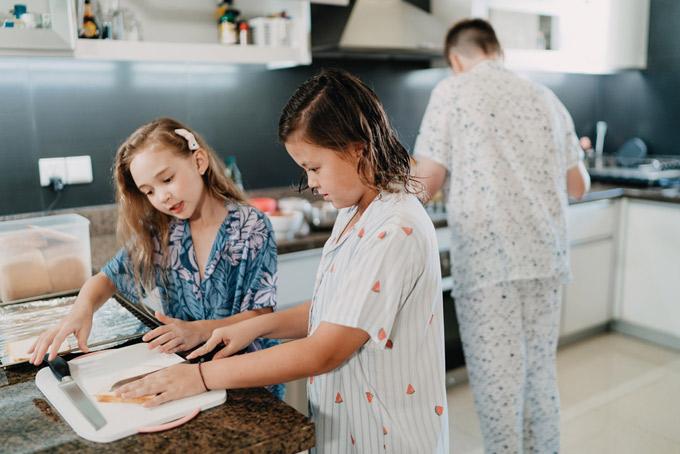 Dịp nghỉ hè, các con của Ngọc Nga có nhiều thời gian giúp mẹ làm việc nhà. Ba nhóc tỳ đều thích vào bếp trổ tài nấu nướng. Cựu người mẫu chia sẻ, đây là cách để các bé gắn kết với gia đình và thực hành kỹ năng sống tự lập.