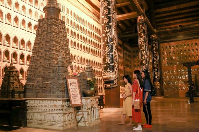 Ninh Bình cách thủ đô Hà Nội khoảng 90 km về phía Nam và mất thời gian di chuyển khoảng 1 tiếng rưỡi đồng hồ bằng xe du lịch. Tại Ninh Bình, bộ ba Khả Như - Diệu Nhi - Sỹ Thanh hào hứng tham qua nhiều thắng cảnh, trong đó có di sản văn hóachùa Bái Đính.