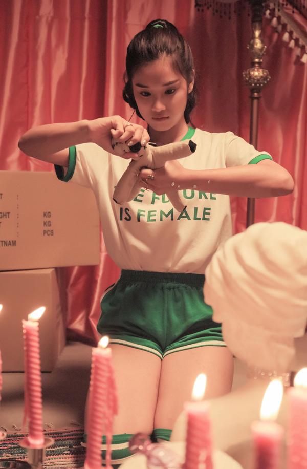 MV No boyfriend là sản phẩm Hoàng Yến đầu tư chi phí và tâm huyết nhiều nhất từ trước đến nay, dù các thành viên nhóm Ngựa Hoang không nhận cát-xê. Nữ ca sĩ mừng vì MV được nhiều khán giả yêu thích, đạt con số hơn một triệu lượt xem sau 3 ngày ra mắt.