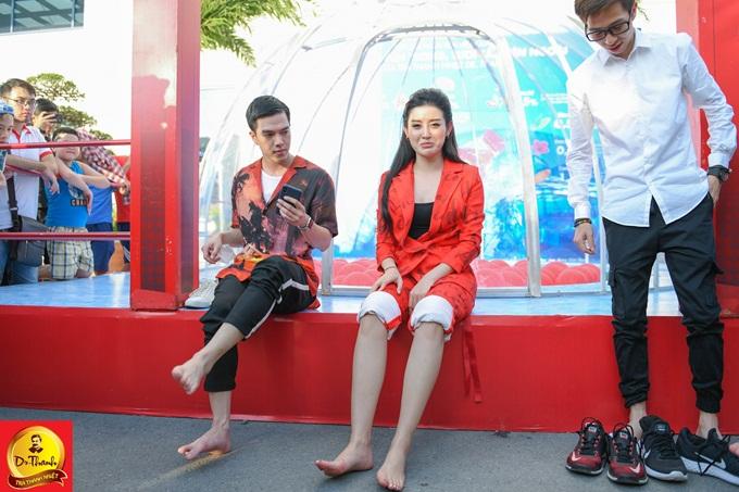 Tại thử thách Hầm trà giải nhiệt, nghệ sĩ nhận thử thách bịt mắt tìm chai nước giải nhiệt giữa những chai nước khác và uống cạn. Huyền My một lần nữa khiến các fan bất ngờ khi tiên phong bỏ giày, xắn quần tham trò chơi