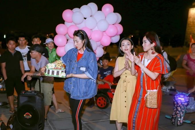 Bên cạnh thăm quan chùa Bái Đính, ba nữ diễn viên có dịp trải nghiệm cuộc sống sinh hoạt, vui chơicủa người dân địa phương. Khi đang thăm quan một địa điểm nổi tiếng khác, Yaya Trương Nhibất ngờ mang bánh sinh nhật và bong bóng tặng Diệu Nhi.