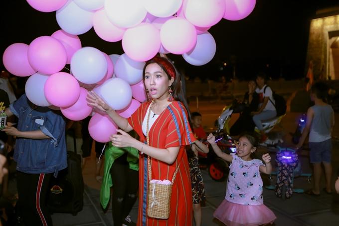 Biết được hai người chị em thân thiết bí mật tổ chức sinh nhật muộn, Diệu Nhingơ ngác và bất ngờ.