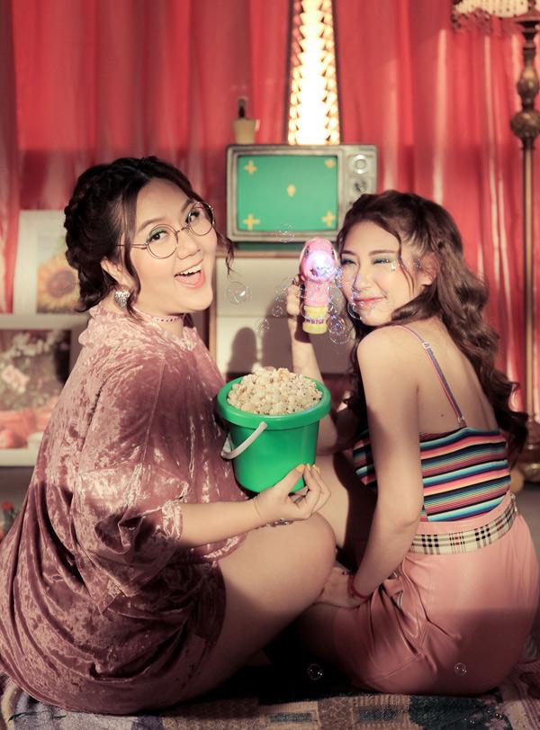 Diễn viên Minh Thảo (trái) và ca sĩ Khổng Tú Quỳnh cũng ăn không ngừng trong hậu trường.