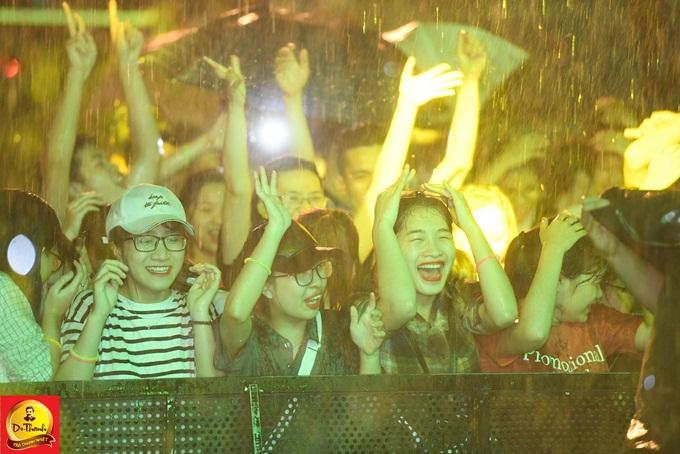Hàng nghìn khán giả kiên trì đợi một tiếng đồng khiến các nghệ sĩ xúc động. Lou Hoàng, Only C... và các nghệ sĩ, nhãn hàng trà Dr Thanh cảm ơn và mời fan uống nước trong lúc đợi ekip chuẩn bị âm thanh.