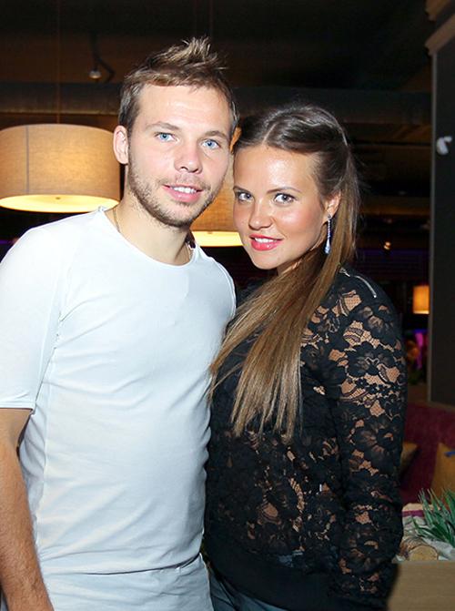 Marina Shishkina, vợ của Roman Shishkin, tốt nghiệp ĐH Quốc gia Nga ngành Quan hệ Quốc tế.