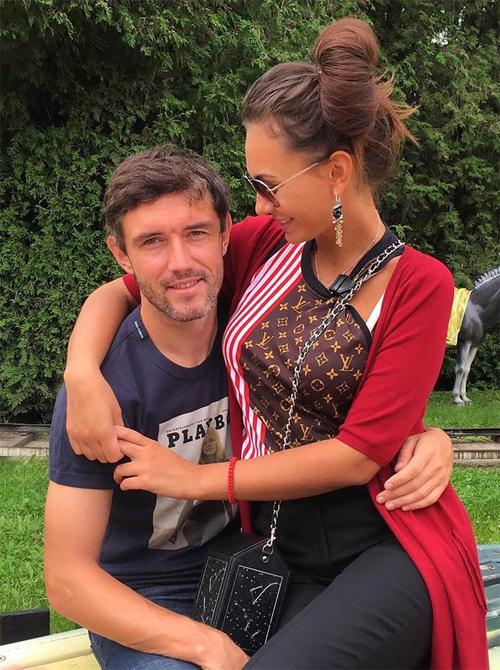 Zhirkova tuyên bố khi nào cô bước vào tuổi 30, cô sẽ cân nhắc việc phẫu thuật thẩm mỹ dù chồng không thích điều đó. Thành thạo tiếng Anh, Pháp và Ukraina, Inna cũng có bằng đại học về Hóa học.