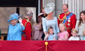 Công chúa Charlotte bắt chước kiểu chào hoàng gia của Nữ hoàng Elizabeth II