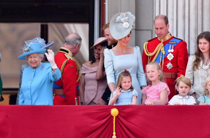 Charlotte giơ một tay lên chào giống Nữ hoàng Anh. Ảnh: Pop Sugar.