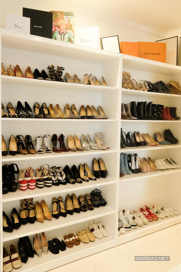 Tù giày hơn 60 đôi khá nhau, đa dạng mẫu mã và thương hiệu được Jolie sắp xếp cẩn thận. Người đẹp chia sẻ cô phải đem giày ra các spa chuyên dụng để vệ sinh và làm mới.