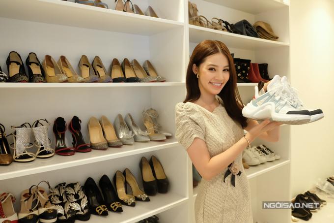 Chân dài khoe đôi giày sneaker Archlight của Louis Vuitton có giá lên đến 25 triệu đồng.