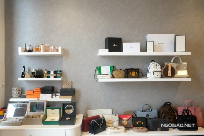 Đối diện với giường ngủ, Jolie Nguyễn thiết kế thành khu vực lưu giữ loạt phụ kiện tiền tỷ. Với túi xách, cô ưu tiên sắp xếp những phụ kiện mới mua thành khu vực riêng để tiện sử dụng khi cần thiết.