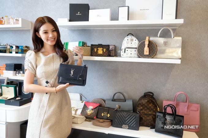 Mỗi tháng, Hoa hậu dành tiền mua sắm những món hàng hiệu mới. Cô khoe chiếc túi YSL mới mua có giá hơn 40 triệu đồngđể tặng cho mẹ.