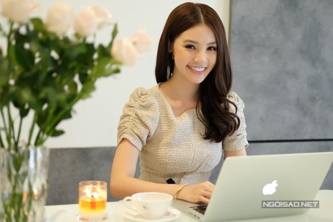 Jolie kế hợp bàn ăn cho làm việc. Yêu thích sự lãng mạn, cô thường mua hoa hồng và tự tay cắm tăng thêmnét sinh động cho ngôi nhà.