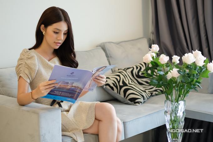 Jolie Nguyễn là Hoa hậu Thế giới người Việt tại Australia 2015. Sau 3 năm trở về nước hoạt động nghệ thuật, cô dần trở thành một cái tên quen thuộc với khán giả. Hiện Jolie sinh sống một mình trong một căn hộ chung cư tại quận Bình Thạnh, TP HCM.