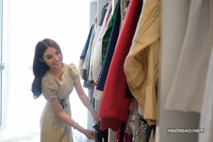 Vì sở thích mua sắm liên tục, phòng chứa đồ trở nên chật chội khiến Jolie Nguyễn khá đau đầu.