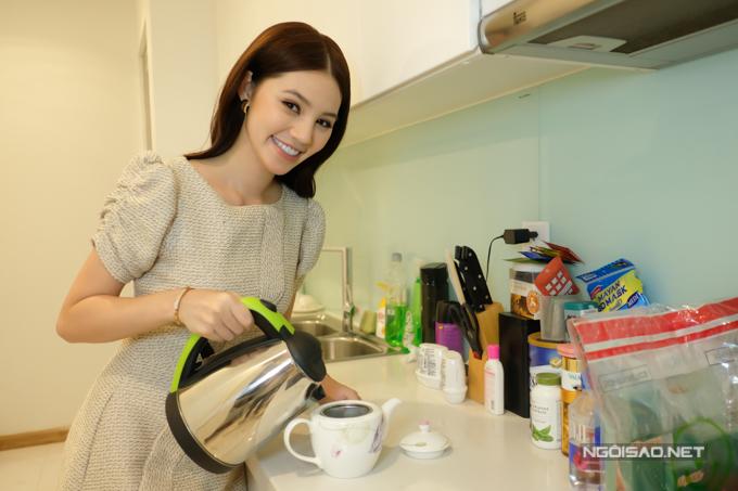 Bận rộn công việc, Jolie Nguyễn không nấu ăn tại nhà. Cô dành không gian bếp để pha trà, hâm nóng thức ăn mua sẵn...