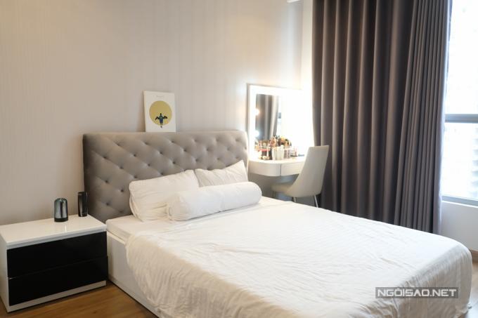 Phòng ngủ được Jolie Nguyễn tích hợp thêm bàn trang điểm. Những lúc bận rộn hay phải đi dự sự kiện sáng sớm, chuyên gia trang điểm sẽ sang tận nhà make-up cho Jolie để đảm bảo sự thuận tiện.