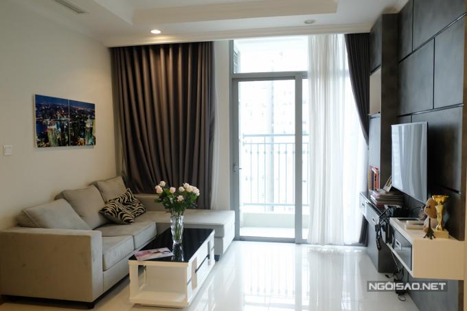 Căn hộ của Jolie Nguyễn tọa lạc ở tầng 25, gồmhai phòng ngủ với diện tích gần 80m2 và có giá khoảng 4,5 tỷ đồng. Cô chọn tông màu trắng đen làm chủ đạo chocăn hộ và sắm sửa những vật dụng thiết yếu cho cuộc sống độc thân.