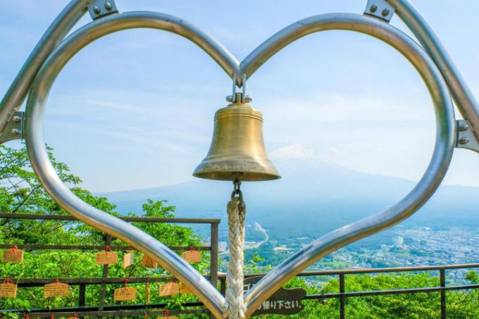 Trên đỉnh núi có một chiếc chuông nhỏ, gắn với một giá kim loại có hình trái tim. Người ta tin rằng, nếu bạn rung chiếc chuông và hướng về phía núi Phú Sĩ thì mọi mong muốn của bạn sẽ trở thành sự thật. Tiếng chuông sẽ mang tới phước lành, sức khỏe và sự bình an, đặc biệt là cho các đôi lứa.