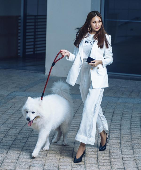Trong điều kiện thiếu sáng, Thanh Hằng vẫn thoải mái thể hiện thần thái qua trang phục trắng thanh lịch khi đi dạo phố với chú chó bởi camera khẩu độ f/1.5 có thể thu sáng nhiều hơn, cho ra bức ảnh chất lượng và có chiều sâu như khi chụp bằng máy DSLR.