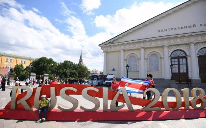 Các CĐV bắt đầu những ngày lễ hội kéo dài tại Nga. Trận khai mạc giữa chủ nhà và Ảrập Xêút diễn ra lúc 22h ngày 14/6, giờ Việt Nam.