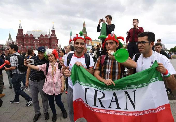 Các fan Iran chìm đắm trong không khí lễ hội.