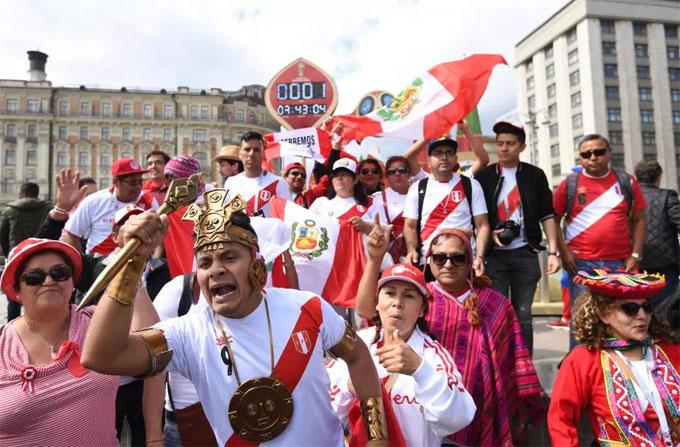 Một nhóm đông CĐV Pêru sớm có mặt ở World Cup.