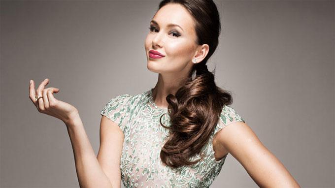 Người đẹp 30 tuổi sinh ra ở thành phố Kazan, Nga. Tài năng âm nhạc của cô được biết đến từ khi còn nhỏ tuổi. Côcó nhiều lần biểu diễn tại những sự kiện lớn của đất nước.