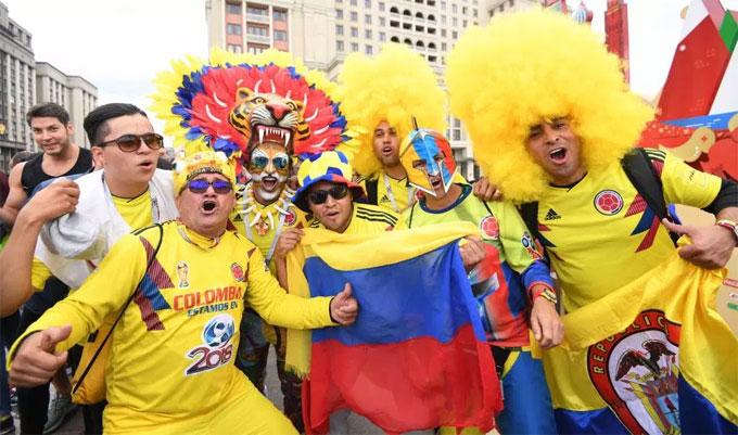 Các fan Colombia hóa trang, hô vang tên James Rodriguez và Falcao - hai ngôi sao sáng của đội.