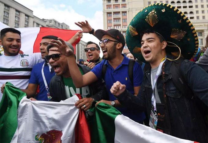 Những fan Mexico luôn mang tới những sắc màu rất riêng mỗi kỳ World Cup.